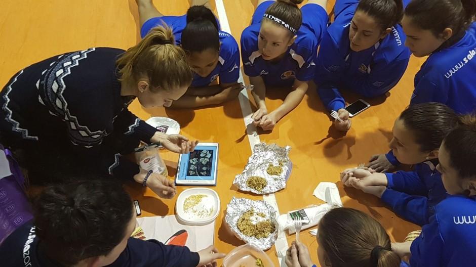 Las jugadoras de Sala Zaragoza aprenden a comer saludable